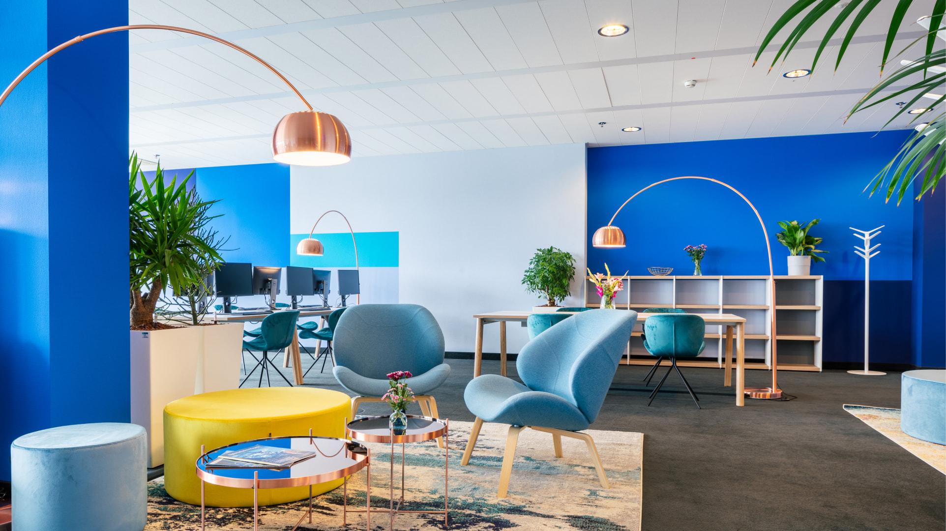 finleap Loungebereich mit Sesseln und Lampen
