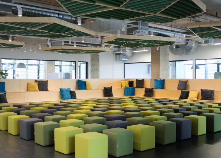 smava Meeting und Community Bereich mit Sitzhockern in Grüntönen