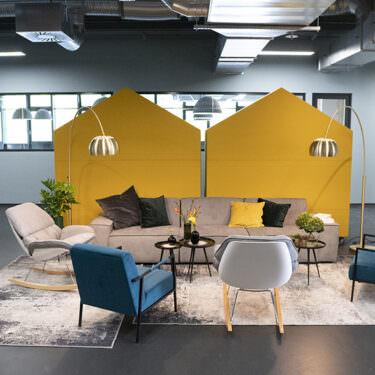 smava Meeting Bereich mit Sesseln, Sofa und Akustikkabinen